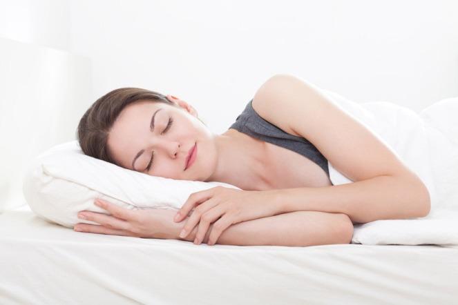 schlafende-frau-bett-gr-1