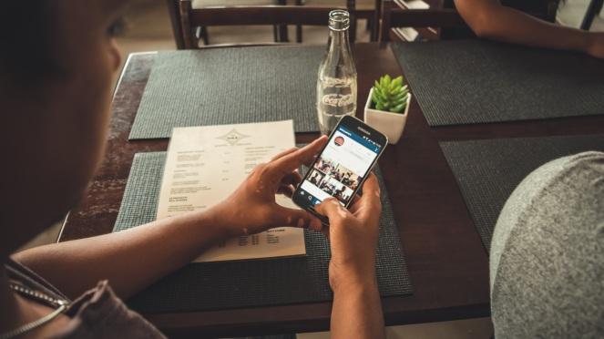 smartphone-mobile-hand-screen-man-table-907641-pxhere.com